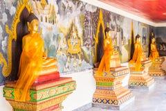 Het gouden standbeeld van Boedha en muur-kunst oud afschilderen Royalty-vrije Stock Afbeelding