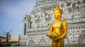 Het gouden standbeeld van Boedha en Thaise kunstarchitectuur Royalty-vrije Stock Foto