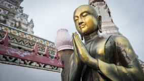 Het gouden standbeeld van Boedha en Thaise kunstarchitectuur stock foto