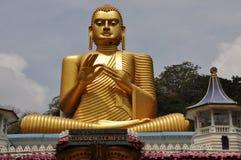 Het gouden standbeeld van Boedha in Gouden Tempel, Dambulla, Sri Lanka Stock Afbeeldingen