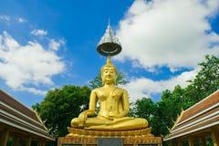 Het gouden standbeeld van Boedha met blauwe hemel Stock Foto's