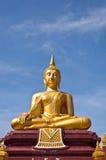 Het gouden standbeeld van Boedha met blauwe hemelachtergrond Royalty-vrije Stock Afbeeldingen