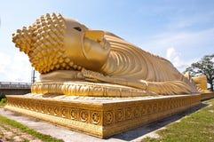 Het gouden standbeeld van Boedha met blauwe hemelachtergrond Stock Afbeelding