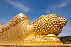 Het gouden standbeeld van Boedha met blauwe hemelachtergrond Royalty-vrije Stock Fotografie