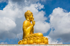 Het gouden Standbeeld van Boedha op blauwe hemelachtergrond Stock Fotografie