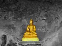 Het gouden standbeeld van Boedha op klip royalty-vrije stock foto