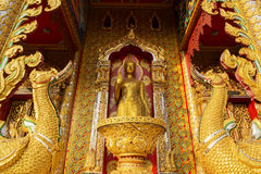 Het gouden standbeeld van Boedha in tempel Stock Foto's
