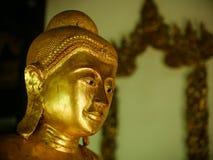 Het gouden standbeeld van Boedha in tempel in Thailand Stock Foto