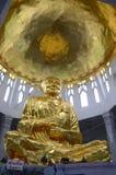 Het gouden standbeeld van Boedha in Thaise tempel Royalty-vrije Stock Foto's