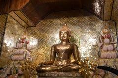 Het gouden standbeeld van Boedha in traditionele Thaise stijl royalty-vrije stock foto