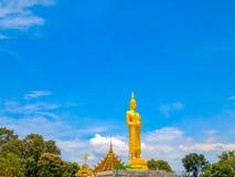 Het gouden standbeeld van Boedha van Grote Boedha over blauwe hemel, Thailand Royalty-vrije Stock Afbeeldingen