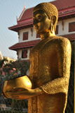 Het gouden standbeeld van Boedha in wat buakwan nonthaburi Thailand Stock Fotografie