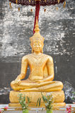 Het gouden standbeeld van Boedha in Wat Chedi Luang, Chiang Mai, Thailand Stock Foto's