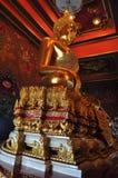 Het gouden standbeeld van Boedha in Wat Khun Inthapramun, Thailand Stock Afbeeldingen