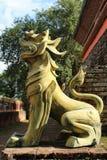 Het gouden standbeeld van de lannaleeuw royalty-vrije stock fotografie