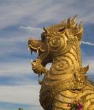 Het gouden standbeeld van de singhaleeuw op hemelachtergrond, Thailand Stock Fotografie