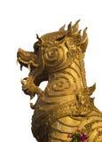 Het gouden standbeeld van de singhaleeuw op witte achtergrond Stock Foto's