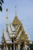 het gouden tempeldak in Thaise tempel Stock Afbeelding