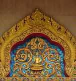het gouden tempeldak in Thaise tempel Stock Foto's