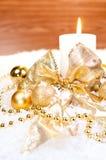 Het gouden thema van Kerstmis op sneeuw met houten achtergrond Royalty-vrije Stock Afbeeldingen