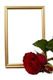 Het gouden verticaly blijven frame achter het rood nam toe Royalty-vrije Stock Foto