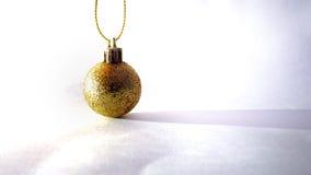 Het gouden voorwerp van de baldecoratie met schaduw voor Kerstmis Stock Afbeeldingen
