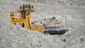 Het graafwerktuig in een steengroeve voor kalksteenmijnbouw beweegt erts in spoorwegauto's Mars van Aarde, Andalusia, Spanje stock video