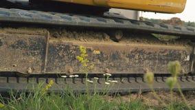 Het graafwerktuig laadt een vrachtwagen stock footage