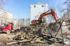 Het graafwerktuig laadt huisvuil van vernietigd huis Royalty-vrije Stock Foto
