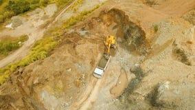 Het graafwerktuig laadt vrachtwagen in steengroeve Filippijnen, Bohol stock video