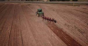 Het graafwerktuig laadt het zand in de vrachtwagenarbeiders maakt de manier stock videobeelden
