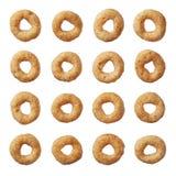 Het graangewas van Cheerios dat op wit wordt geïsoleerda Royalty-vrije Stock Foto's