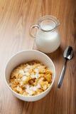 Het graangewas van het ontbijt met melk en lepel Royalty-vrije Stock Fotografie