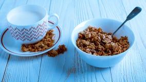 Het graangewas voor Ontbijt is op de lijst Heerlijke ringen van melk Royalty-vrije Stock Foto
