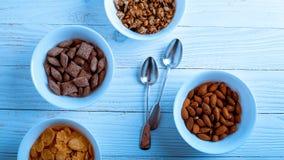Het graangewas voor Ontbijt is op de lijst Heerlijke ringen van melk Stock Foto's