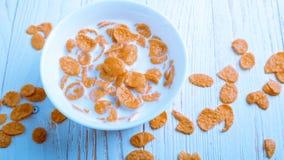 Het graangewas voor Ontbijt is op de lijst Heerlijke ringen van melk Royalty-vrije Stock Fotografie