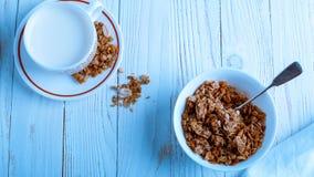 Het graangewas voor Ontbijt is op de lijst Heerlijke ringen van melk Stock Afbeelding