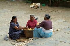 Het graanschillen van vrouwen op de weg Stock Fotografie