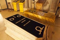 Het graf van Baron AL Stieglitz in de Heilige Drievuldigheidskerk Ivangorod De winter Rusland Stock Foto's