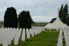 Het graf van de onbekende militair in Tyne Cot Cemetery dichtbij Ypres, België Stock Afbeelding