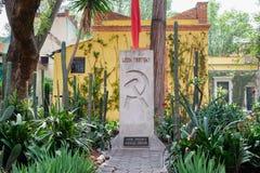 Het graf van Leon Trotsky bij het huis waar hij in Coyoacan, Mexico-City leefde royalty-vrije stock afbeeldingen