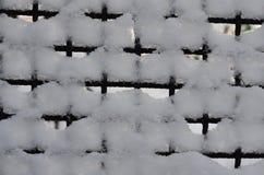 Het grafische die middel bestaat uit een metaalnet met sneeuw wordt behandeld royalty-vrije stock afbeeldingen
