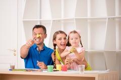 Het grappige aanbiddelijke familie paining Stock Afbeeldingen