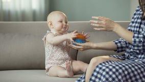 Het grappige actieve babymeisje spelen met moeder, gelukkige familie die van tijd samen genieten stock footage