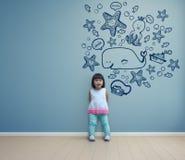 Het grappige Aziatische kind spelen in blauwe ruimte thuis Royalty-vrije Stock Fotografie