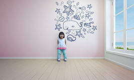 Het grappige Aziatische kind spelen in roze ruimte van strandhuis Royalty-vrije Stock Foto's