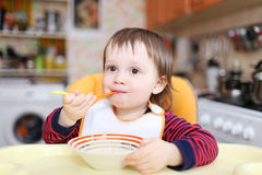 Het grappige baby eten Royalty-vrije Stock Foto's