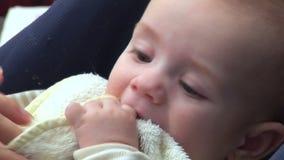 Het grappige baby spelen met babyzwabber stock video