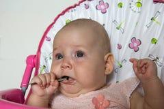Het grappige baby voeden met een lepel Stock Afbeeldingen