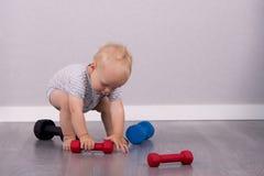 Het grappige babyjongen spelen met domoren De ruimte van het exemplaar Stock Afbeelding